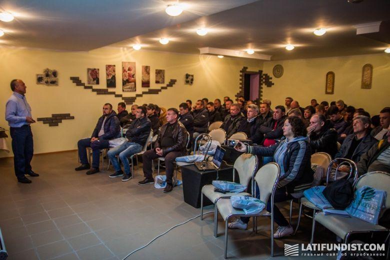 Участники Дня поля слушают презентацию Василия Козия