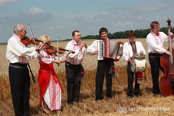 Гостей развлекали украинскими песнями
