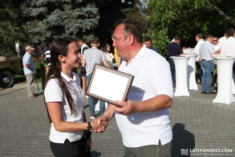 Евгению Дудке вручают награду «Социально-ответственный инвестор» в рамках проекта Сельский ревизор