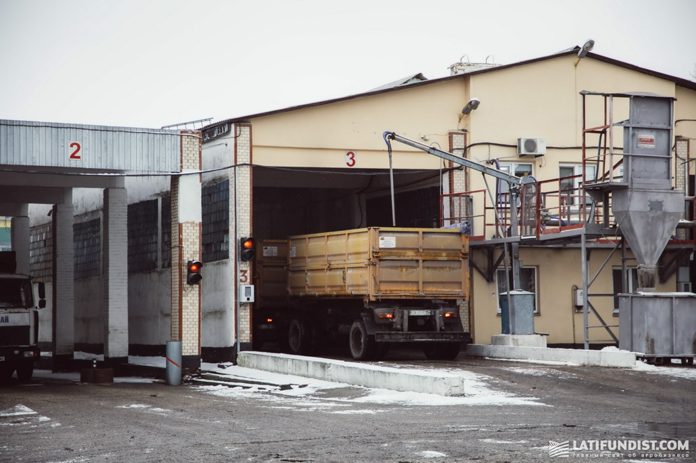 Будет стоять отметка о прибытии грузовика, о том, взяла ли лаборатория сырье и т. д.