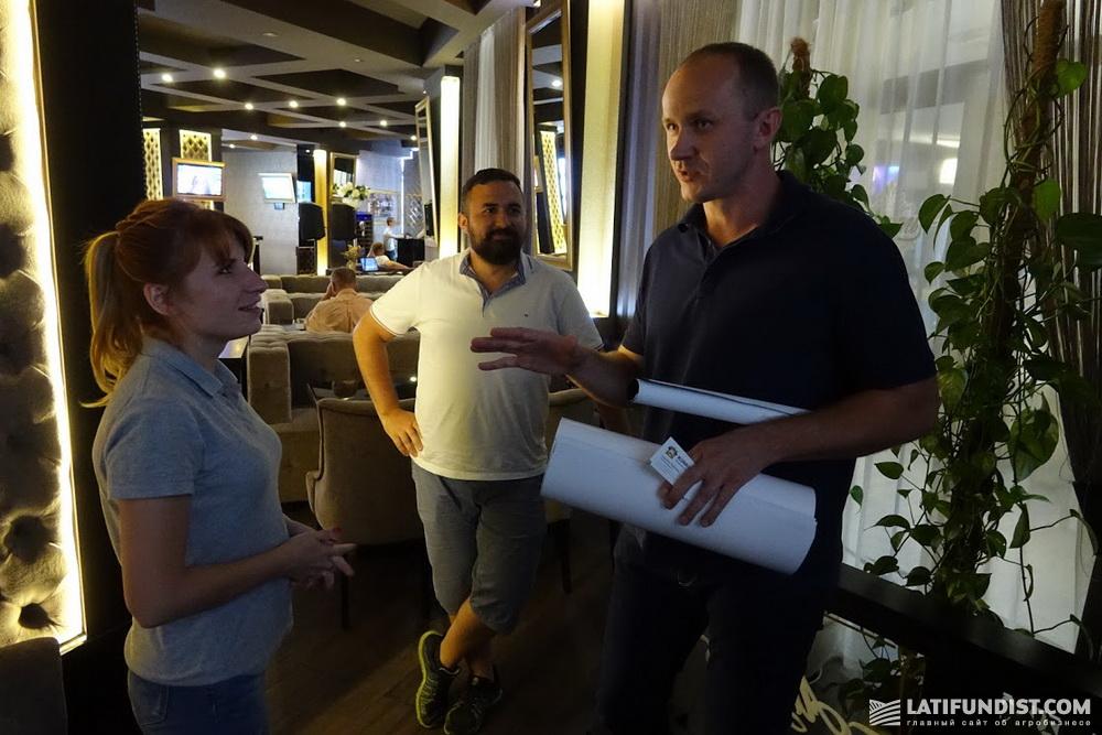 Юрий Гнатюк, собственник компании «Лайф-Инвест» общается с агроэкспедиторами