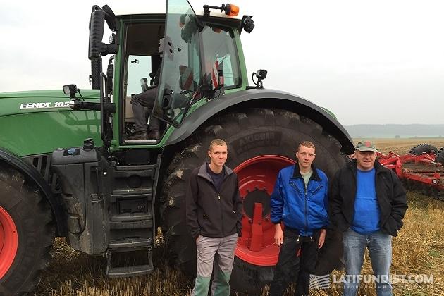 Фермер Йохан с сыновьями, у него Fendt 300