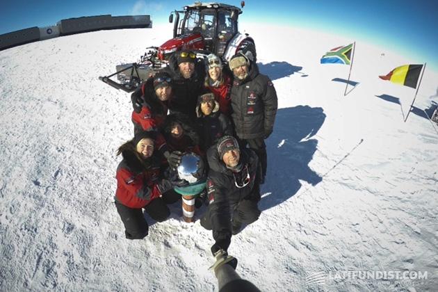 Селфи Манон и её команды на Южном полюсе