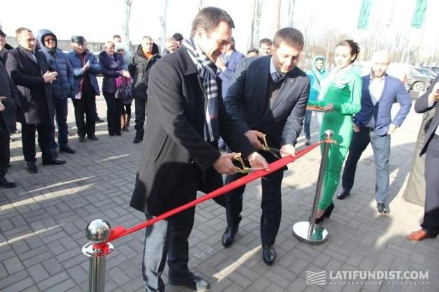 Генеральный директор компании «Агроспейс» Илья Смаглецкий торжественно открывает новый дилерский Fendt в Мелитополе
