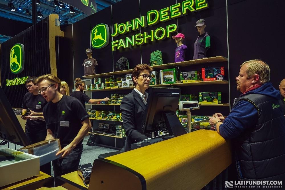 Сувенирный магазинчик компании John Deere