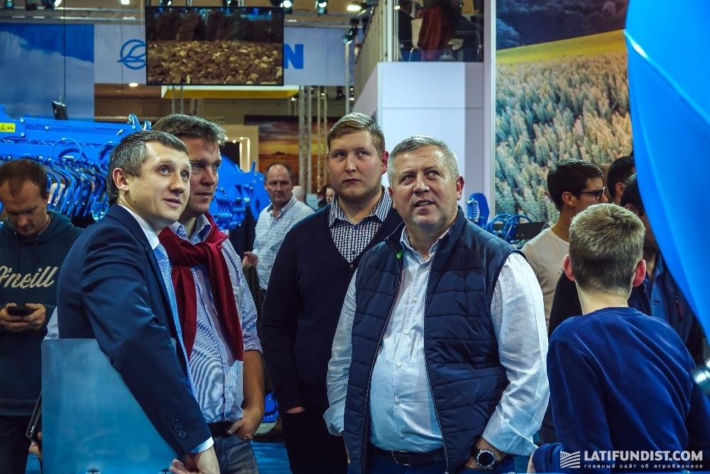Артем Калашник и Зигмунд Лампка осматривают технику Lemken на стенде