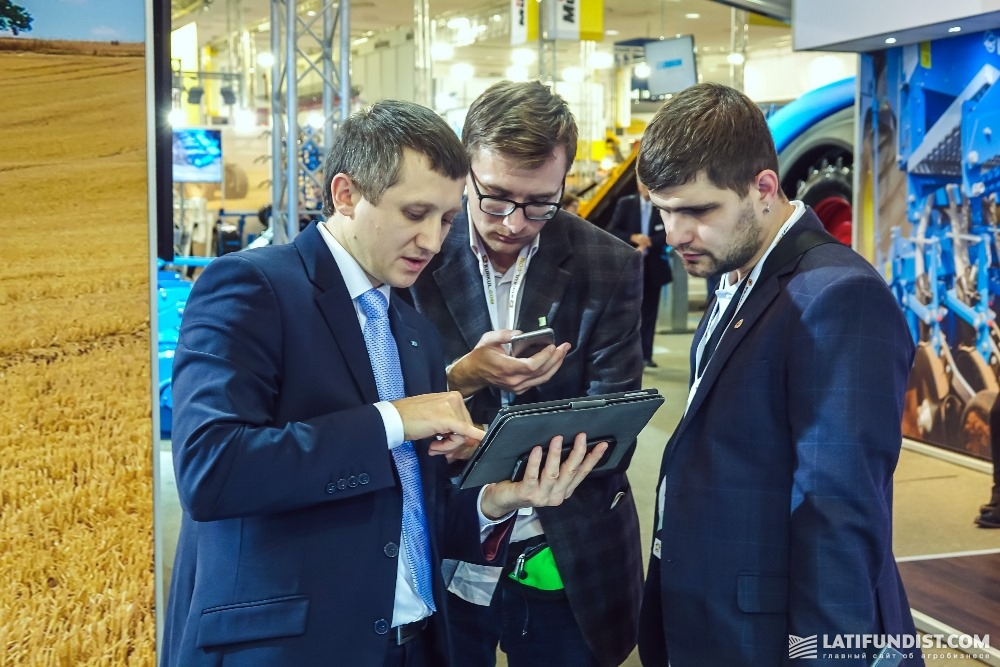 Артем Калашник (слева) рассказывает АгроЭкспедиторам о характеристиках новой сеялки серии Solitair