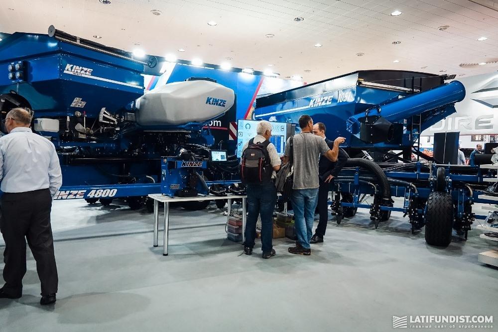 Посетители выставки осматривают сеялку Kinze 4800