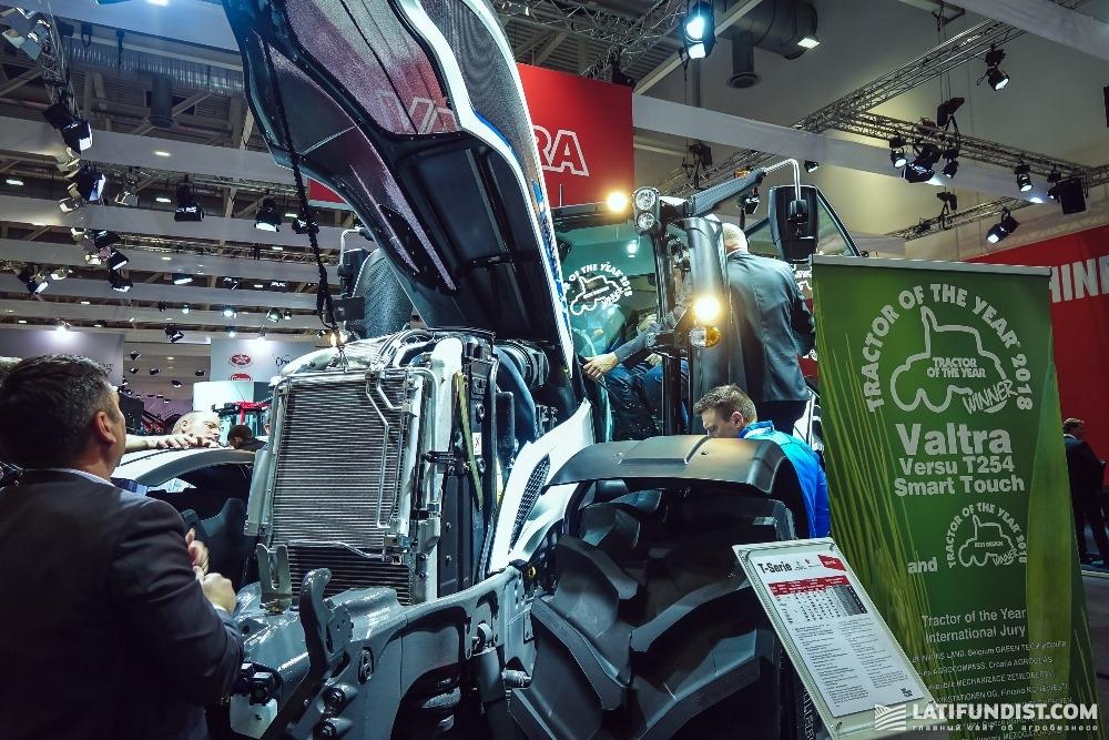Посетители выставки осматривают новую модель трактора Valtra серии T