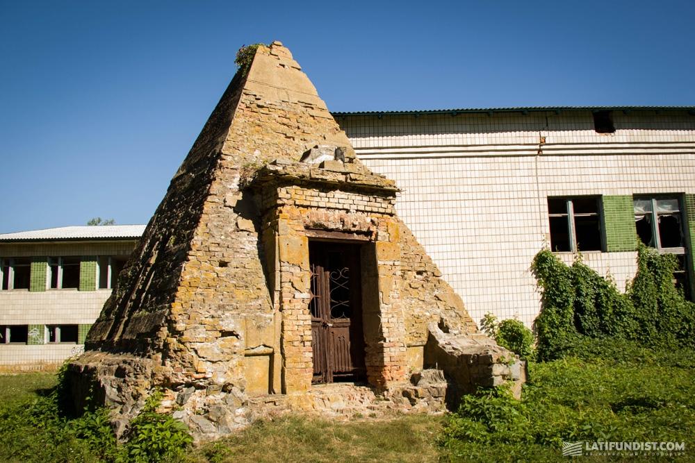 Пирамида-усыпальница Закревских