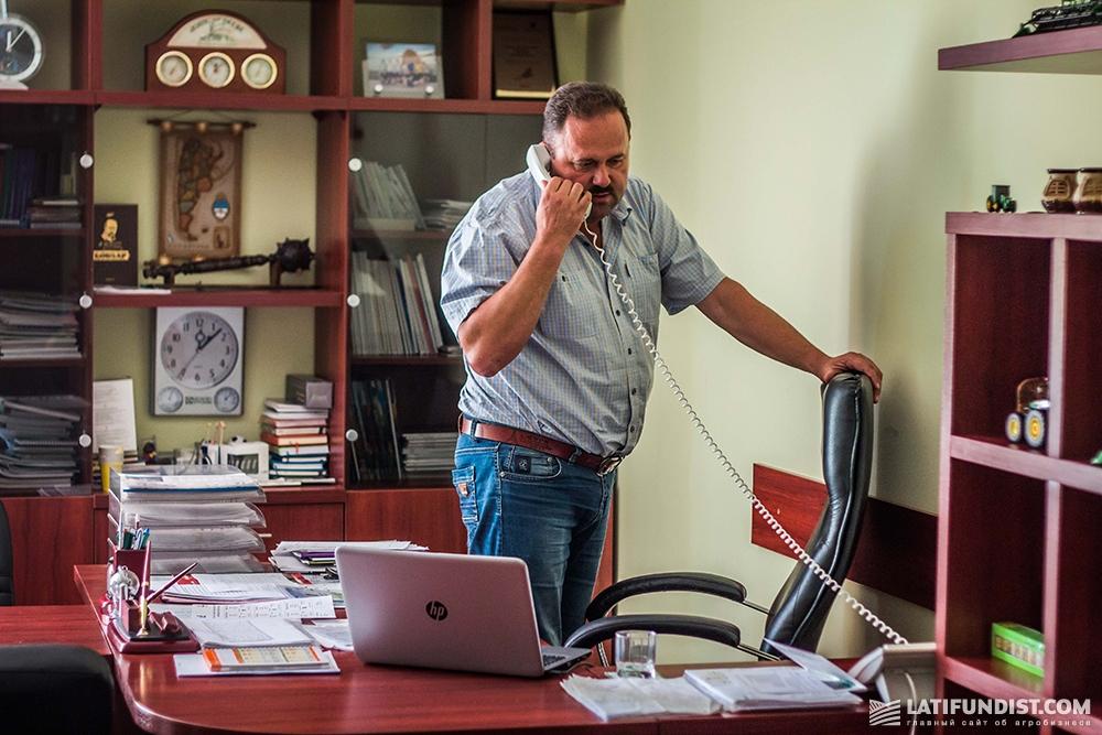 Александр Каминский в своем кабинете