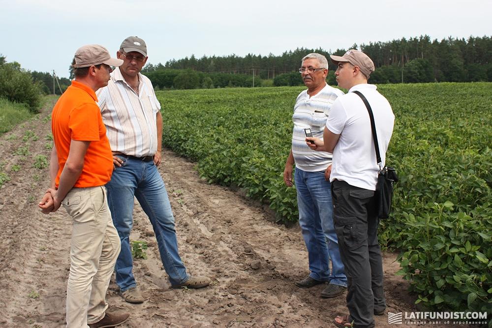 Виталий Орехов, региональный менеджер по Сумской области компании «Бизон-Тех», (слева) общается с агрономами
