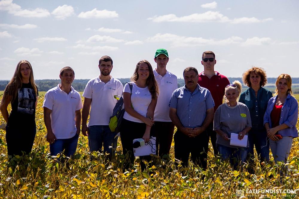 Команда агроэкспедиторов в соевом поле