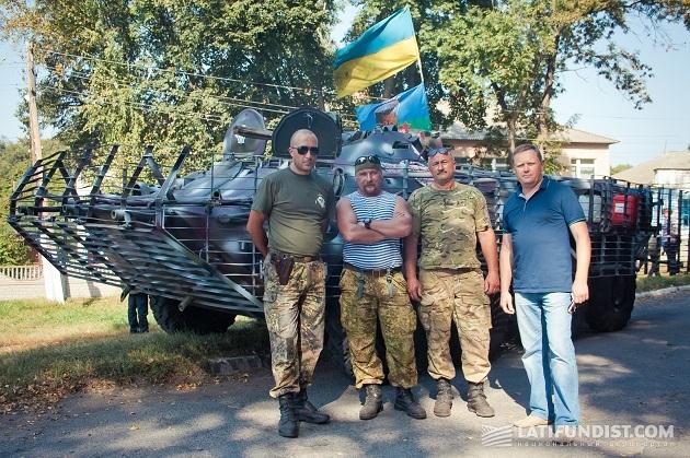 Директор агропредприятия «Скиф» Алексей Бовдыр (справа) и бойцы 95-й бригады