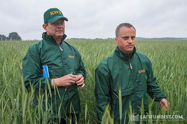 Международный эксперт компании KWS Даг фон Капхерр (слева), продакт-менеджер по зерновым культурам компании «КВС-Украина» Игорь Давидюк (справа)