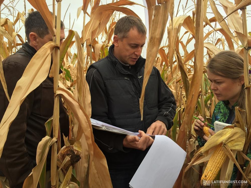 Валерий Бибиков показывает технологические карты агроэкспедиторам