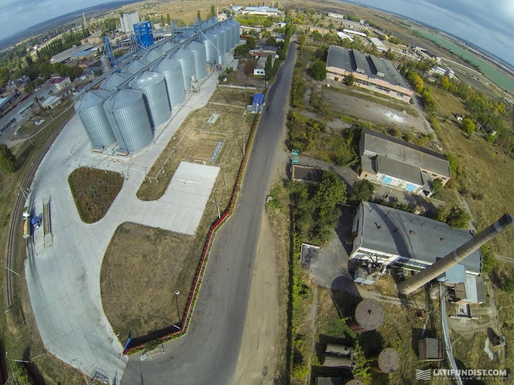 Вид сверху на элеваторный комплекс предприятия «Зерновик»