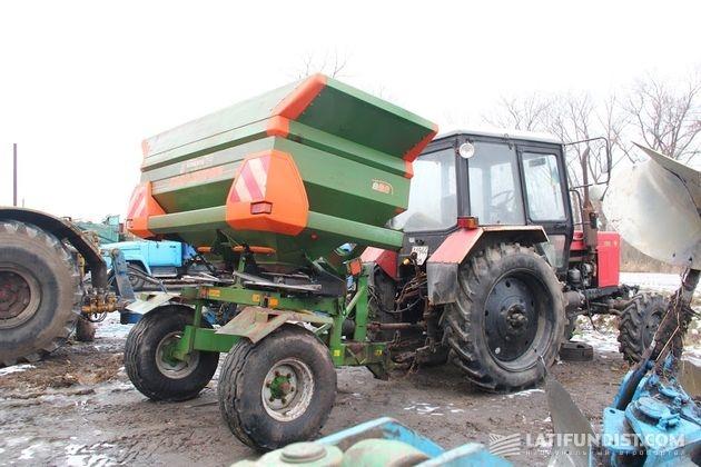 Трактор МТЗ с разбрасывателем удобрений Amazonе Zweischeibenstreuer ZA-M