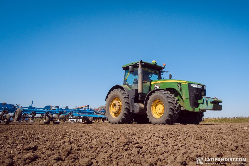 Предпосевная культивация трактором John Deere 8320R в агрегатировании с культиватором
