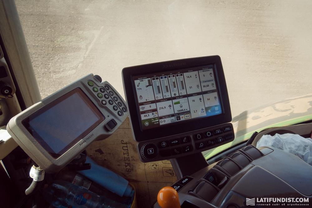 Панель управления трактором John Deere
