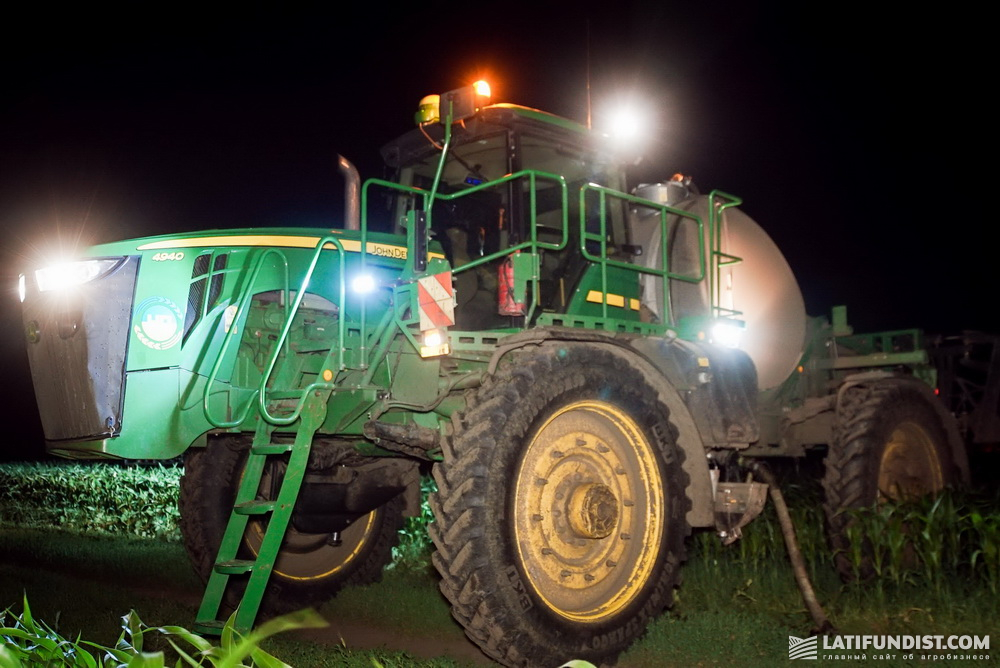 Ночная подкормка кукурузы самоходным опрыскивателем John Deere 4940