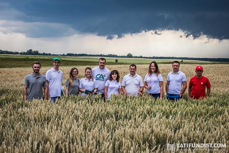Общее фото команды АгроЭкспедиции на поле компании «Агро-Регион»