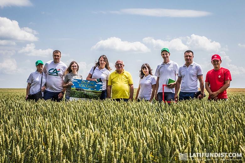 Прощальное фото на поле «Барышевской зерновой компании»