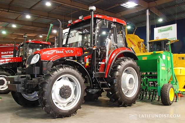 Трактор YTO вместе с сеялкой Sfoggia
