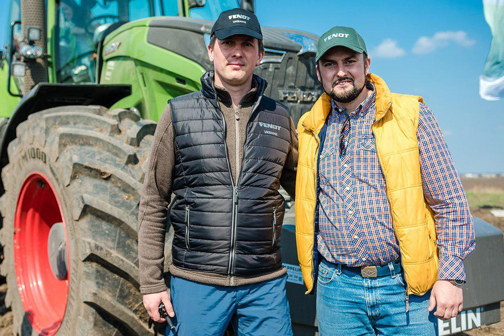 Николай Гармаш, продакт специалист по тракторам AGCO (слева)