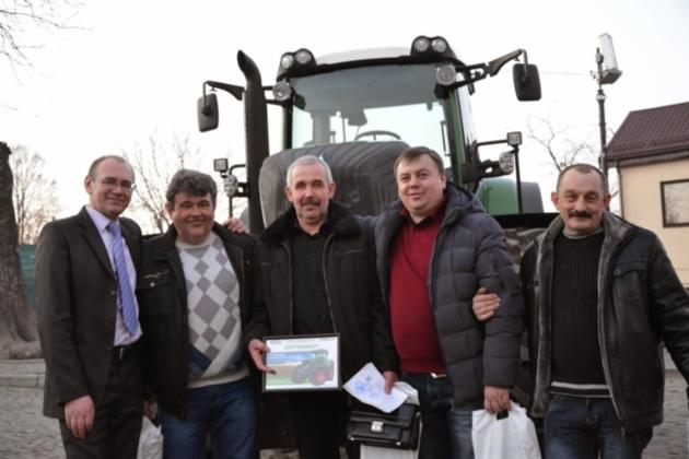 Победитель лотереи в Луцке – Анатолий Луць (в центре) с товарищами