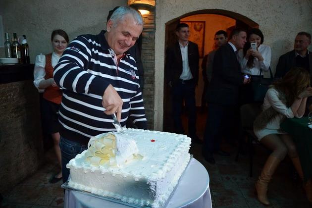 Владимир Кухтик из компании «Сербське» радостно режет торт