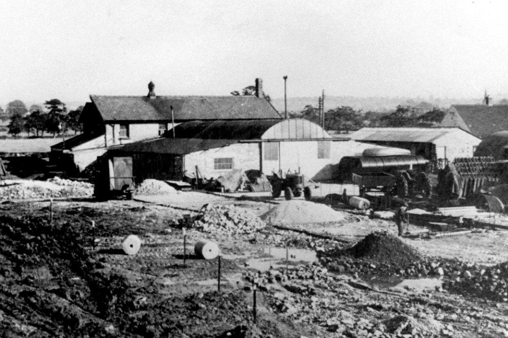 В 1950 году компания JCB переехала в старую сыроварню в Ростере, на месте которой со временем вырос огромный завод