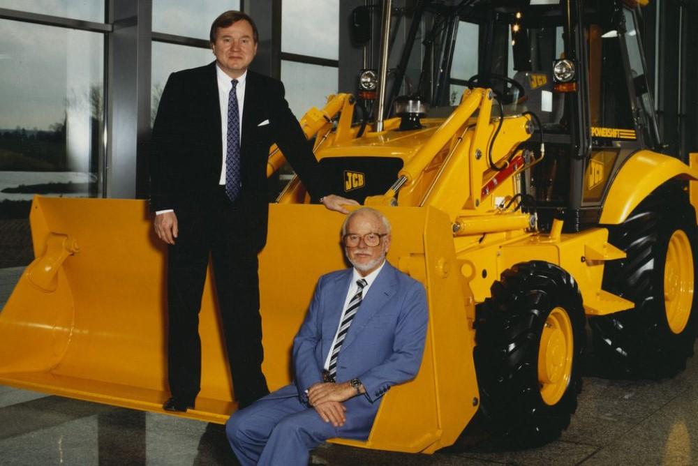 Джозеф Сирил Бамфорд, основатель JCB (справа) и его сын, Энтони Бамфорд, председатель JCB (слева) в 1995 году