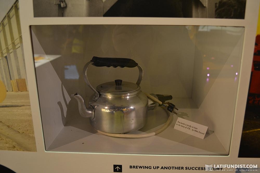 Электрочайник, которым был оборудован экскаватор-погрузчик JCB 3D