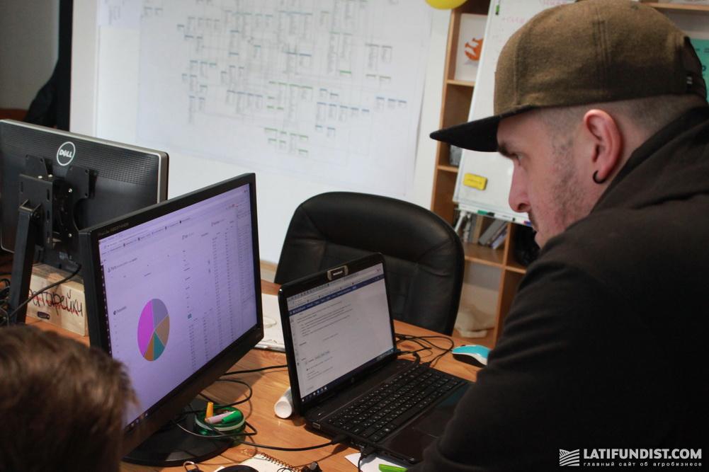 Дмитрий Михальчук работает с программой Grain Track