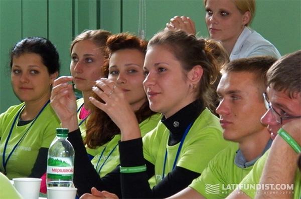 Аудитория внимательно слушает