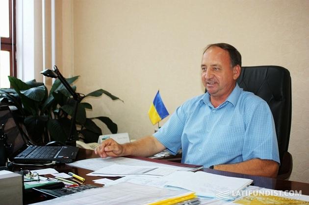 Александр Журба в своем кабинете
