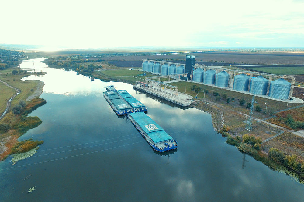 Речной терминал и флот компании НИБУЛОН