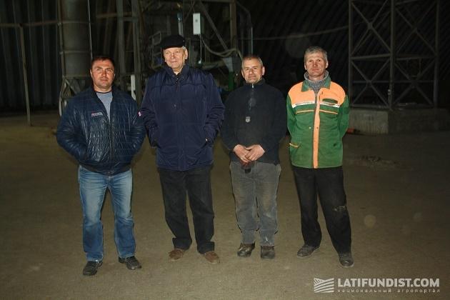 Директор с сотрудниками зерносушильного комплекса