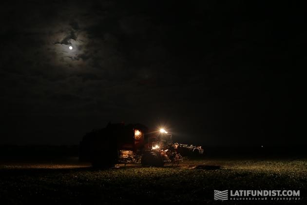 Свеклоуборочный комбайн Holmer работает при свете дня и ночи