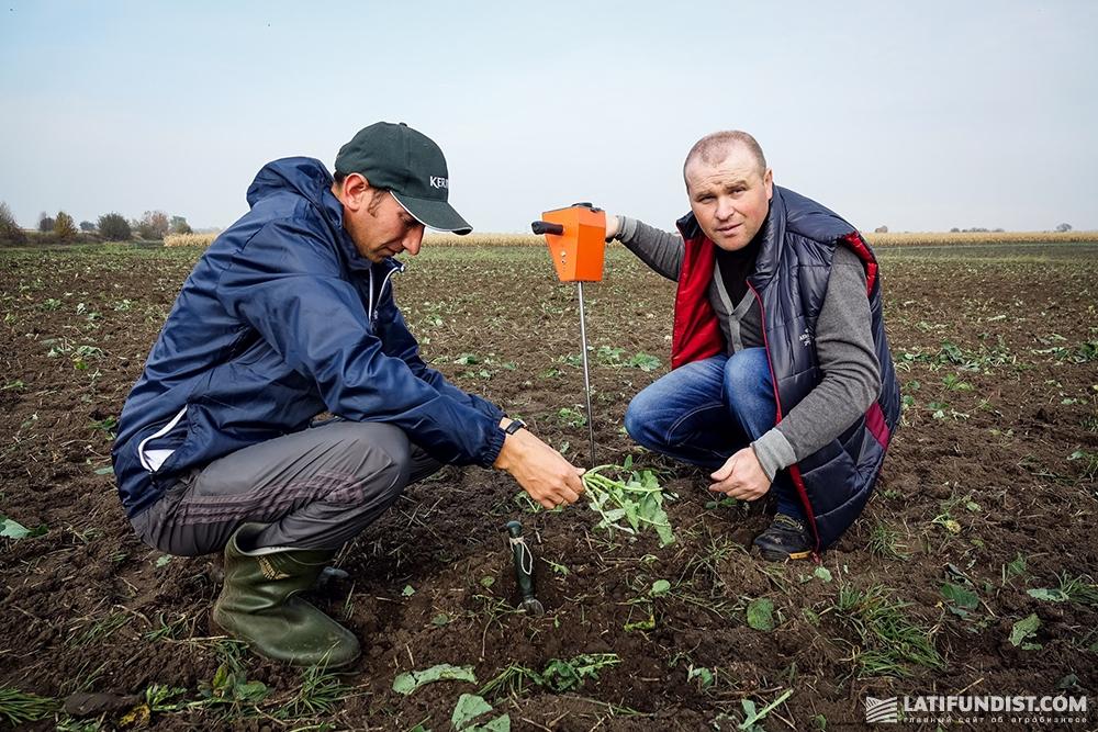 Александр Омельяненко и Сергей Хаблак оценивают состояние поля