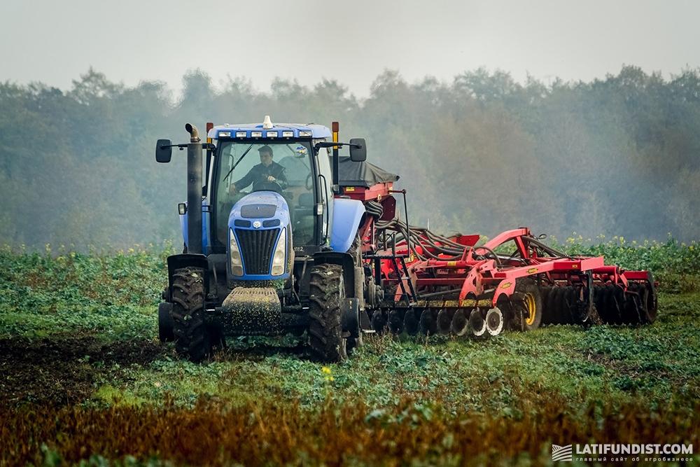 Процесс заделки сидератов в почву