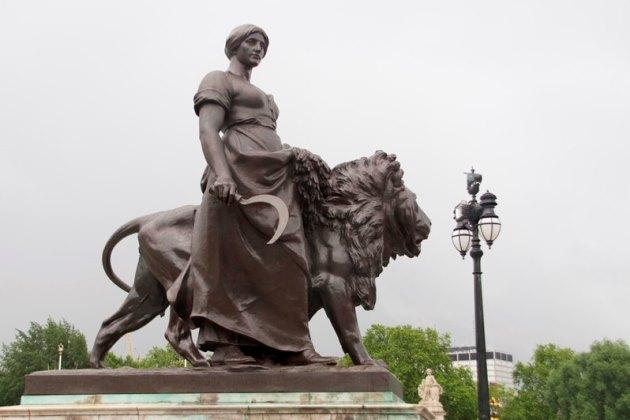 Крестьянка с серпом, часть знаменитого Мемориала Фонтана Виктории в Лондоне