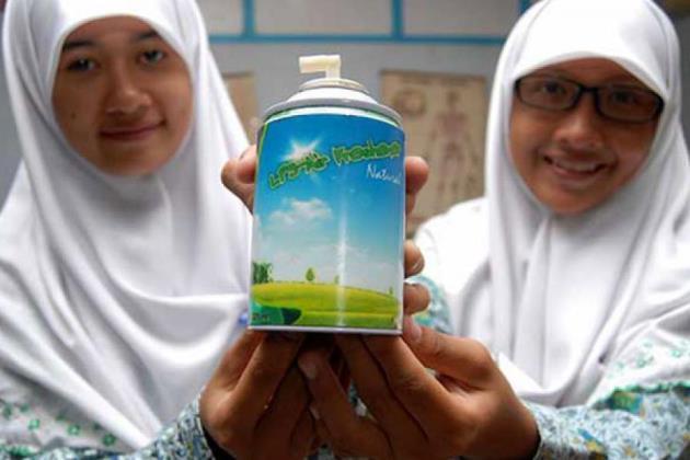 Юные изобретательницы необычного освежителя с продуктом из первой опытной партии