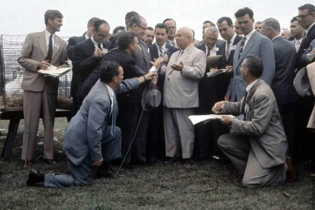 Возможно, анекдот о том, что, жестикулируя, Хрущев мог спокойно передать шляпу собеседнику, как и его любовь к широким брюкам, выдуманы злопыхателями. А фотография - наверное, подделка...
