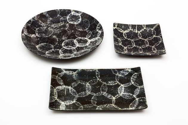 Дайкон на черной керамике
