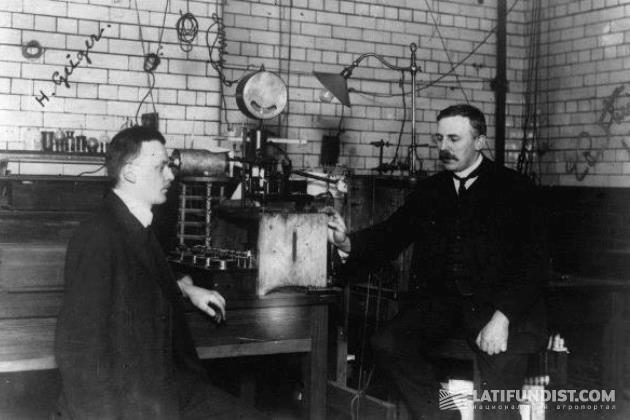 Эрнест Резерфорд (справа)