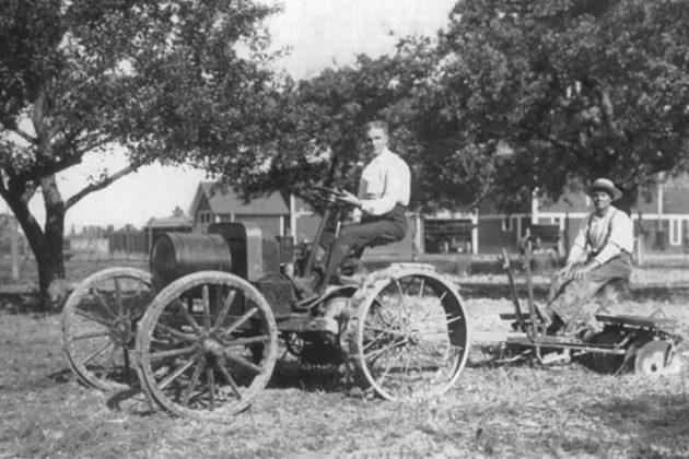 Генри Форд за рулем «автомобильного плуга» Fordson Model T