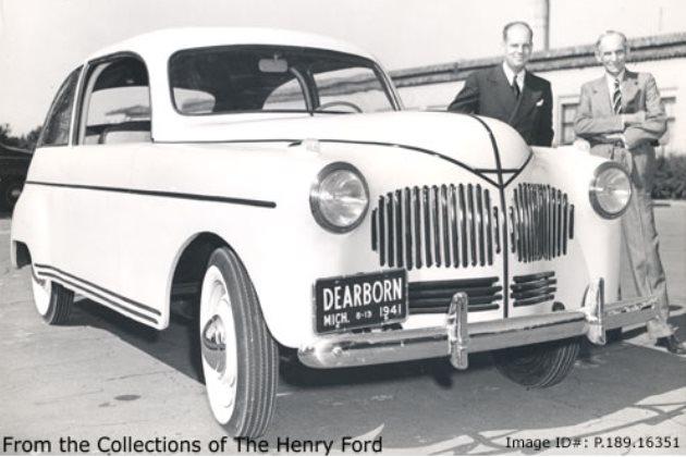 Генри Форд (Henry Ford) и химик Роберт Аллен Бойер (Robert Allen Boyer) рядом с автомобилем