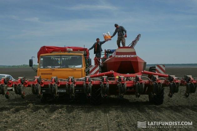 Заправка сеялки семенами